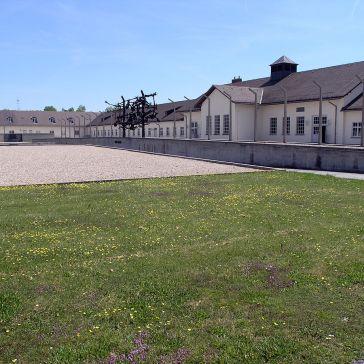 1200px-Dachau-WM
